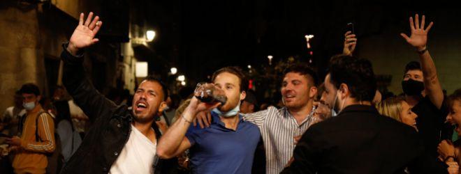 Grupos de personas celebran y beben en la via pública sin respetar las mediadas sanitarias ayer en Barcelona.