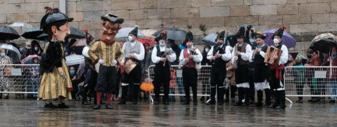 Un grupo de Cabezudos danza durante las fiestas de la Ascensión junto a un grupo musical, esta vez sin desfile, en la Plaza da Quintana (Santiago de Compostela).