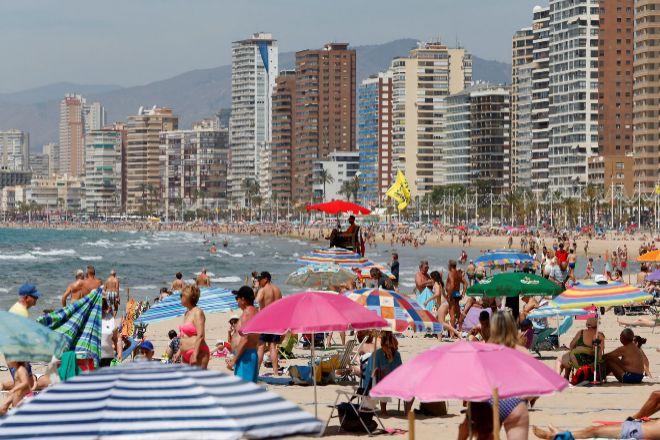 Bañistas en las playas de Benidorm  (Alicante).