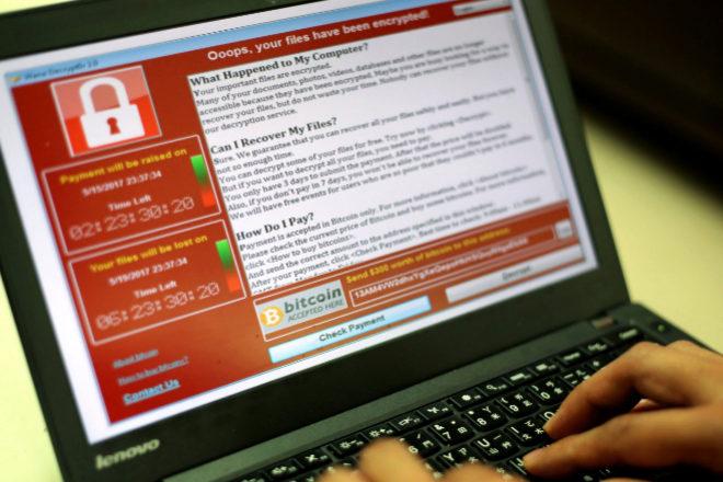 Pantalla de un ordenador infectado por el virus WannaCry.
