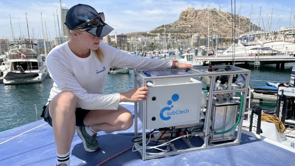 Rosalin Kuiper, tripulante del AkzoNobel Ocean Racing, muestra un...