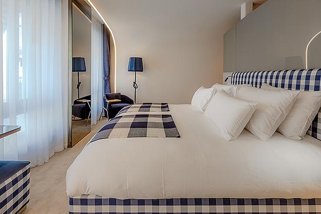 La ropa de camas está estampada con los cuadros azules y blancos de Hästens.