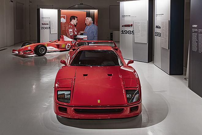 Vista frontal del Ferrari F40 que Agnelli encargó con tapicería de cuero negra y embrague electrónico.
