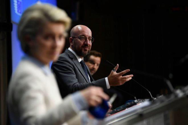La presidenta de la Comisión Europea, Ursula von der Leyen, y el presidente del Consejo Europeo, Charles Michel, durante la rueda de prensa celebrada en Bruselas.