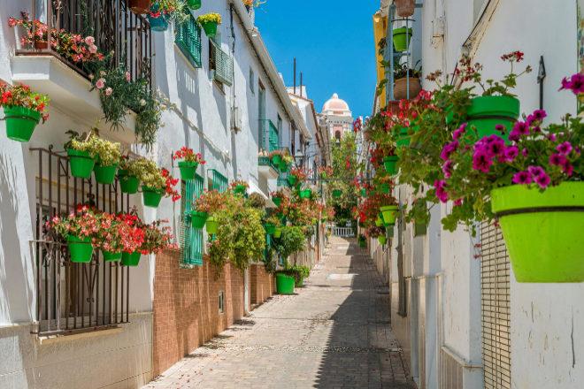 Andalucía ofrece sol y playa, pero también el encanto de muchos de sus pueblos. En la imagen, la localidad de Estepona, en la Costa del Sol malagueña.