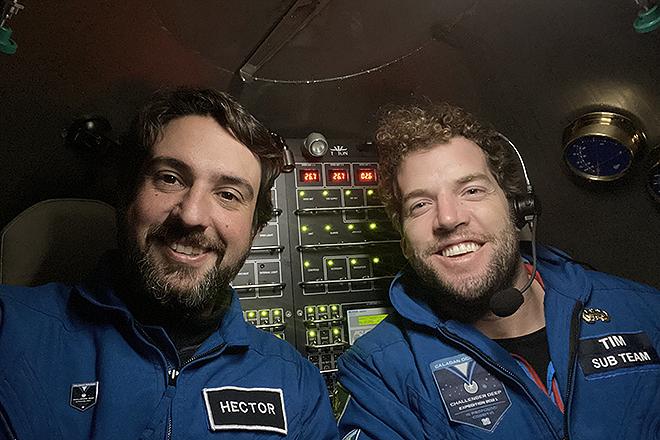 Salvador (izqda.), con su compañero de misión y piloto del batiscafo, el australiano Tim Macdonald.