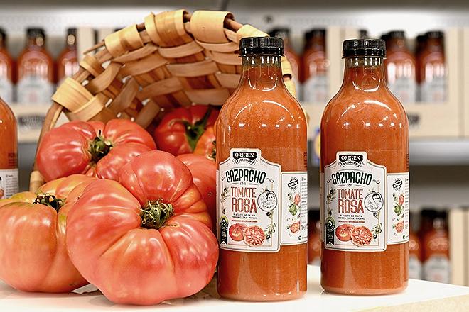 El carnoso tomate rosa, madurado en mata, es el protagonista de este gazpacho gourmet.