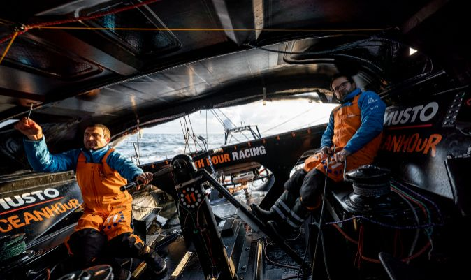 Charlie Enright y Pascal Bidégorry, a bordo del 11th Hour Racing Team. | AMORY ROSS