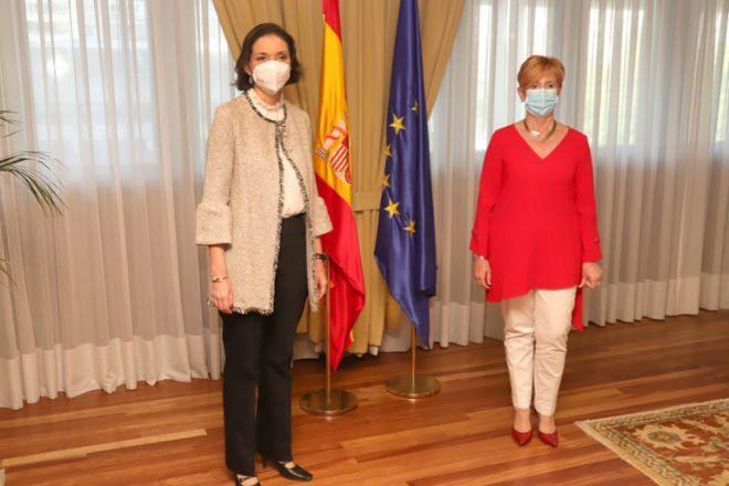 La ministra Reyes Maroto (izquierda) junto a la consejera vasca Arantxa Tapia.