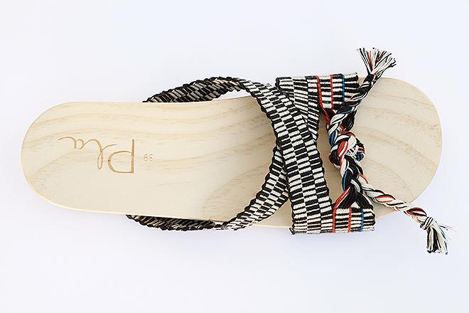 Sandalia de algodón con suela de madera. 110 euros.