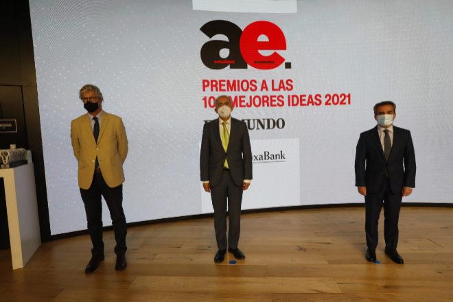 De izquierda a derecha: Martí Saballs, director adjunto de EL MUNDO; Francisco Rosell, director de EL MUNDO, y Rafael Herrador, director territorial de Madrid Metropolitana de CaixaBank.
