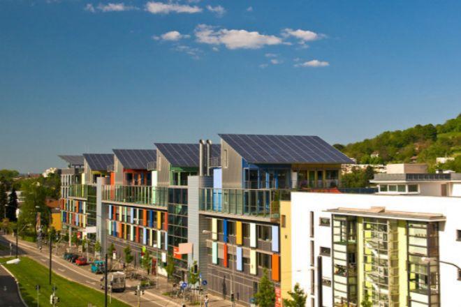 La instalación de paneles solares en las viviendas habituales supondría un ahorro de 115.000 millones en 25 años