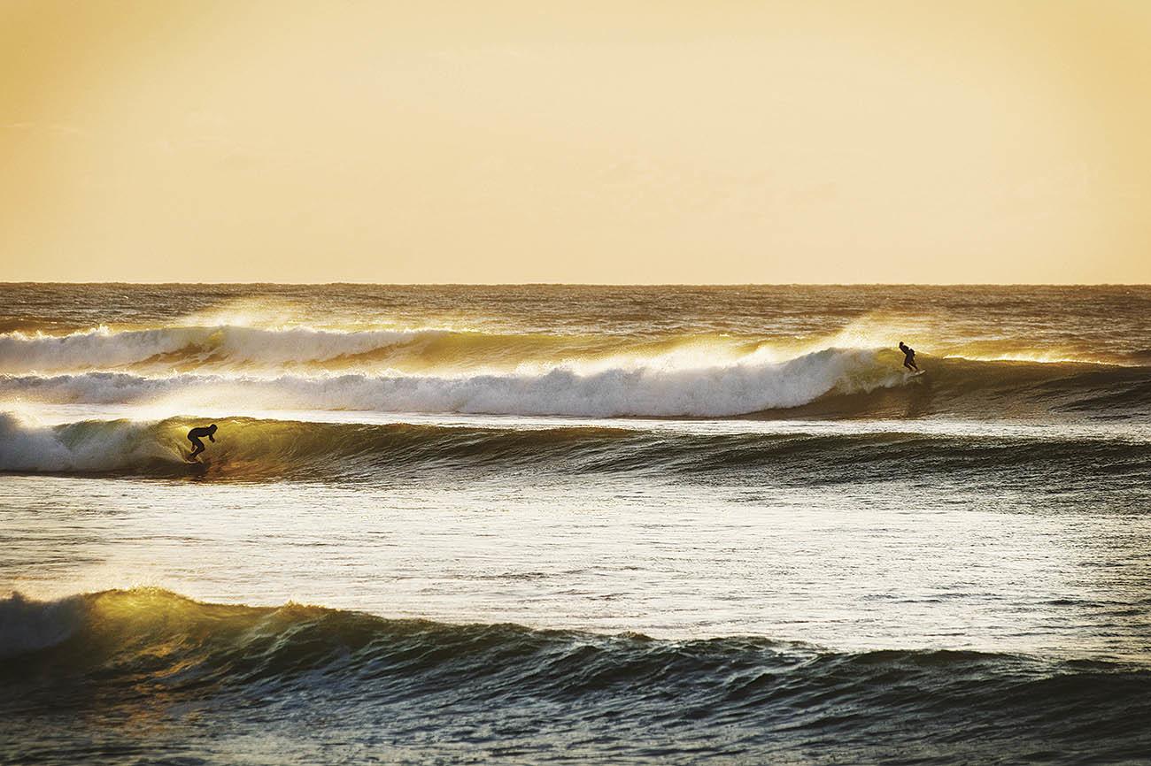Empezamos con una clásica. Dos horas al sur de Auckland, la ola más...