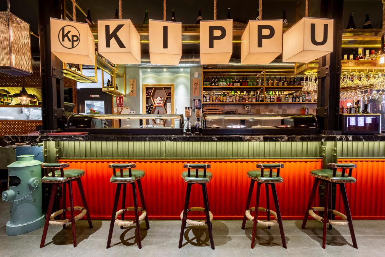 Al restaurante Kiboka, renombrado como Kippu, que significa billete...