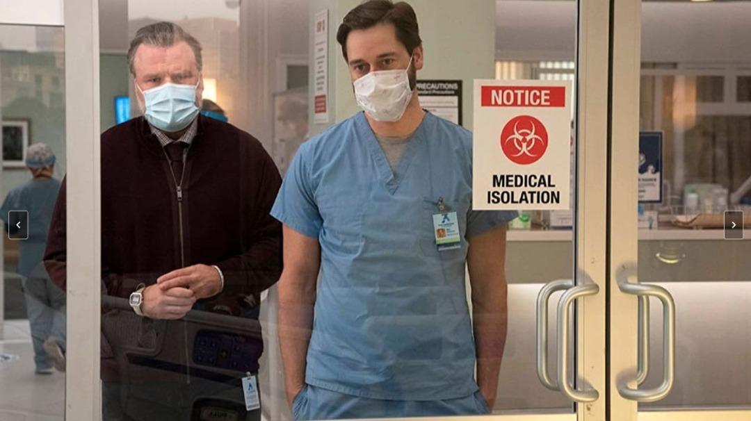 """<h2 class=""""ladillo"""">El tsunami de la pandemia en Estados Unidos</h2> </br> La tercera temporada de 'New Amsterdam' coge el toro por los cuernos y <strong>aborda el desastre provocado en la frágil sanidad pública estadunidense por el Covid-19</strong>. El doctor Max Goodwin (Ryan Eggold) tendrán que hacer frente a las devastadoras consecuencias sanitarias de la pandemia y al enorme desgaste que ha supuesto para toda la plantilla. Ademas, como siempre, <strong>este drama hospitalario seguirá mezclando hábilmente las tramas médicas con las personales </strong>sin perder nunca el tono de reivindicación de la sanidad pública, que es su principal leit motiv. <strong>A partir del 3 de junio en Fox.</strong>  </br>  <ul class=""""list""""> <li><a href=""""https://www.expansion.com/cine-y-series/series/album/2021/04/27/6087bed3e5fdeac8348b45ab.html"""" target=""""_blank"""">10 cosas que no sabías de 'New Amsterdam', la serie de NBC que arrasa en Netflix</a></li> </ul>"""