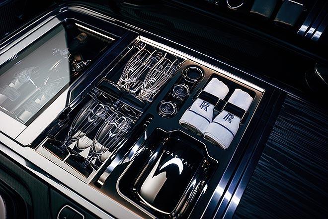 Compartimento especialmente diseñado para alojar botellas de Armand de Brignac, la marca de champán favorita del propietario.