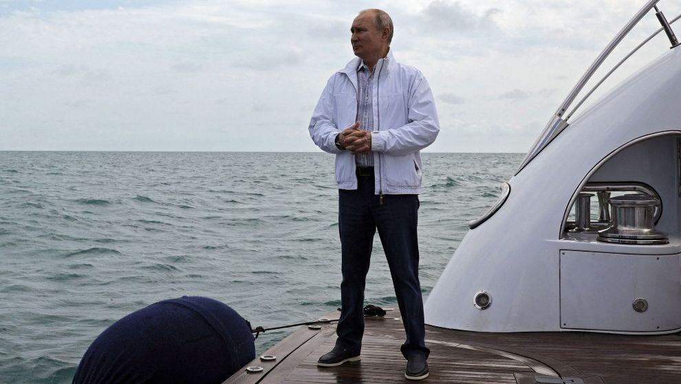 Vladimir Putin espera la llegada de Alexander Lukashenko en la popa...