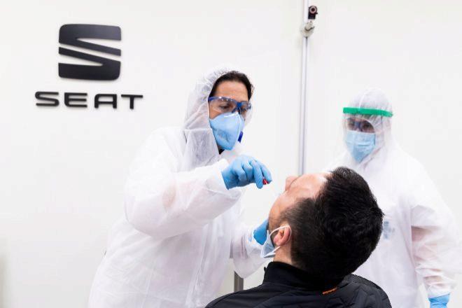 Médico de Seat realizando un PCR a uno de sus empleados.