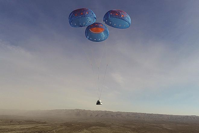 Descenso de la cápsula del New Shepard tras su penúltimo vuelo no tripulado hasta la fecha, el pasado 14 de enero.