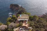 Basta con ver la fotografía aérea de esta casa para adivinar lo...