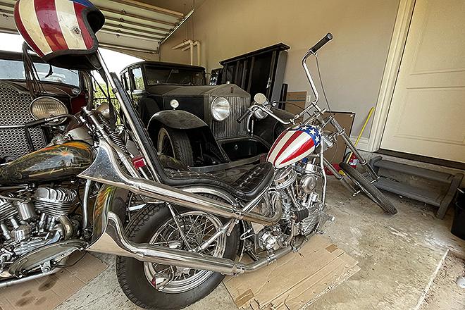 Vista desde detrás de la moto a subasta.