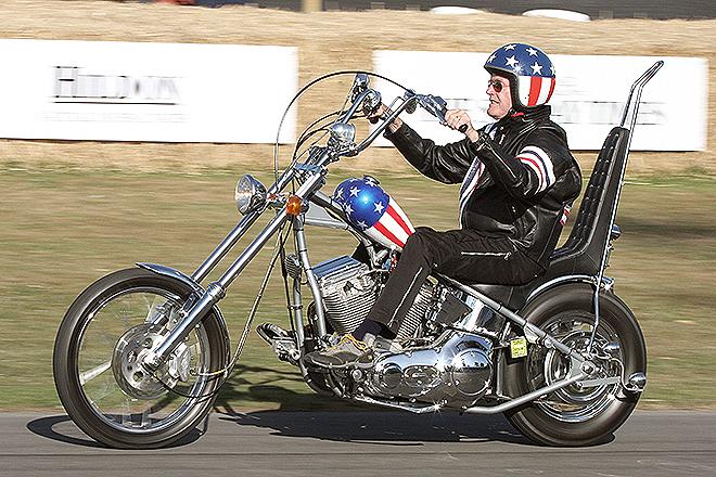 El actor Peter Fonda en una réplica de la moto Capitán América en 2009.
