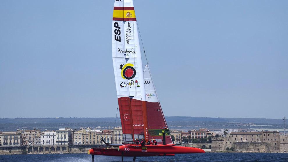 El barco español F50 Victoria navegando durante un entrenamiento...