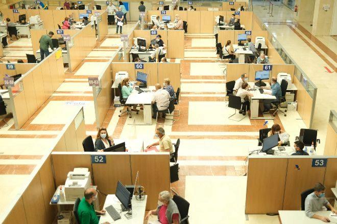 Empleados atienden a contribuyentes de manera presencial desde una oficina de la Agencia Tributaria el pasado 2 de junio de 2021, en Guzmán el Bueno, Madrid.