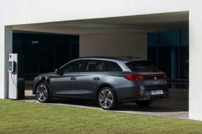 Un Seat León eHybrid, híbrido enchufable, enchufado a la red eléctrica., plug in hybrid, Seat León, híbridos enchufables, coche eléctrico, cargador, wallbox