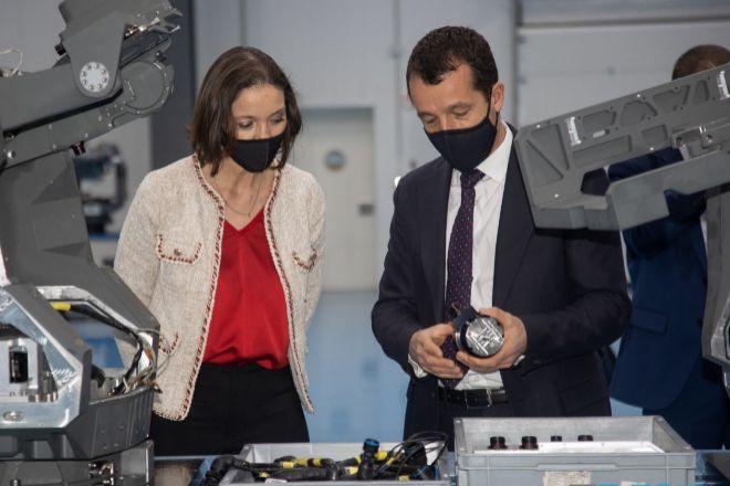 El consejero delegado de EM&E, Ángel Escribano, junto a la ministra de Industria, Reyes Maroto, en una fotografía difundida por la empresa.