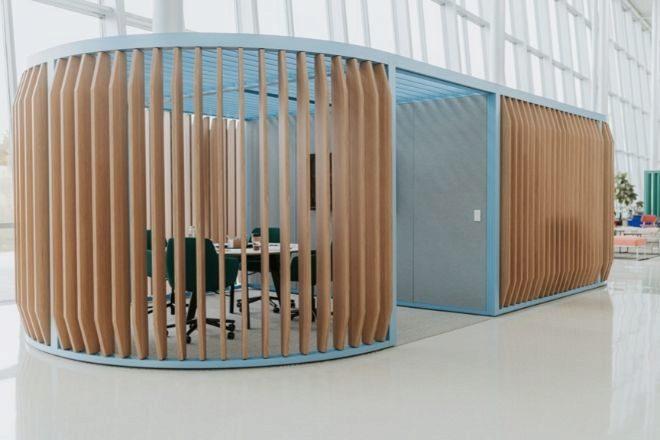 Haworth y Patricia Urquiola han desarrollado Pergola, un espacio de construcción escalable y personalizable, para admitir diferentes estilos de trabajo de los empleados.