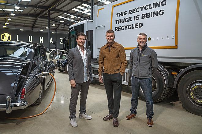 De izqda. a dcha., Lorenz, Beckham y John Hilton, director técnico de Lunaz Design, en las instalaciones de la compañía.