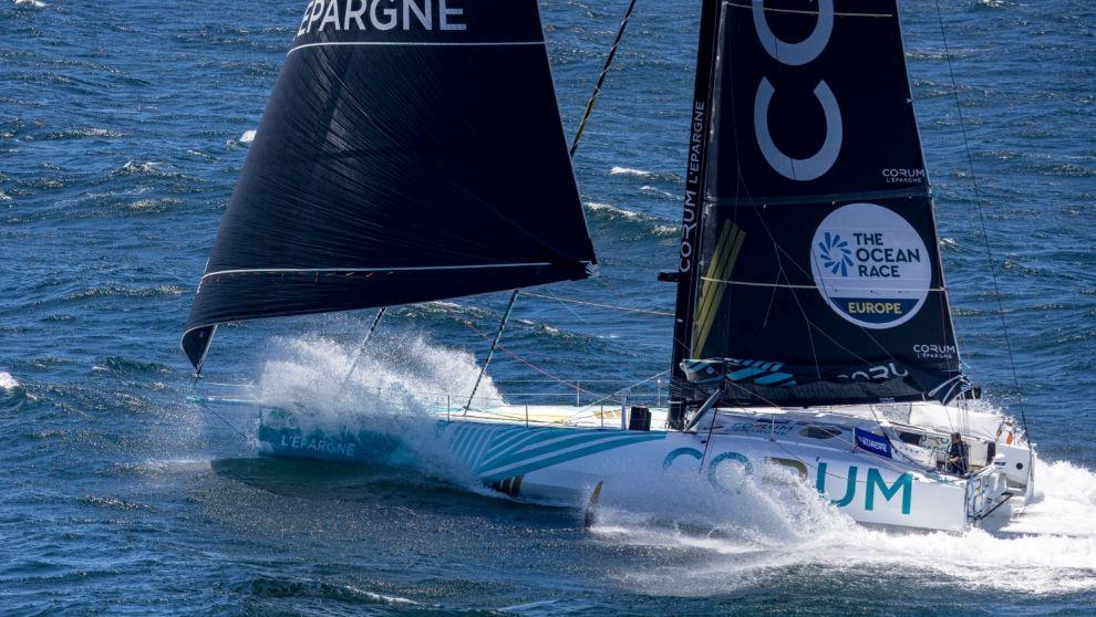El IMOCA CORUM L'Épargne, en la segunda etapa de The Ocean Race...