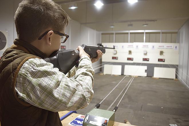 Un niño practica tiro con carabina en una pasada edición de Cinegética.