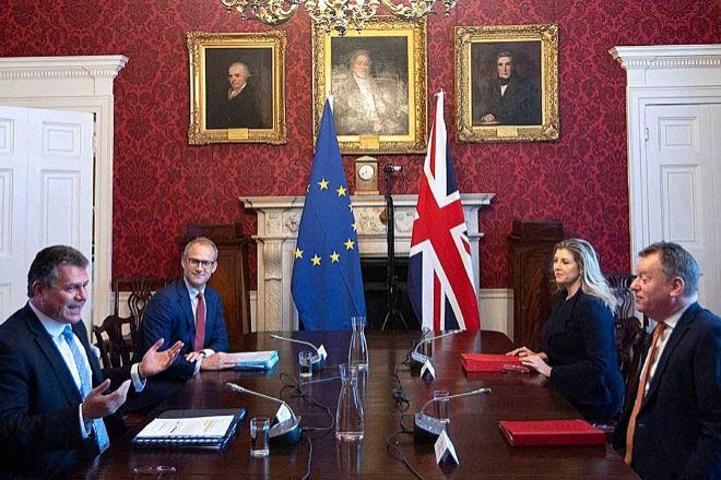 Maros Sefcovic, vicepresidente de la Comisión Europea, y David Frost, ministro británico para el Brexit, ayer en Londres durante la reunión.