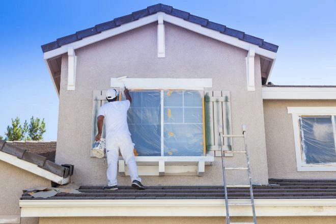 Un obrero rehabilita la venta de una vivienda.