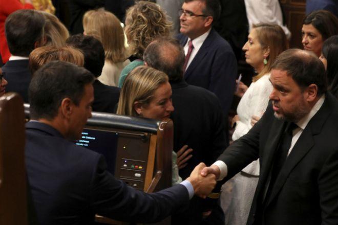 El presidente del Gobierno en funciones, Pedro Sánchez, saluda al diputado electo en prisión preventiva de ERC Oriol Junqueras.