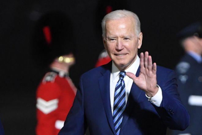 El presidente de Estados Unidos, Joe Biden, este miércoles a su llegada al aeropuerto de Cornualles (Reino Unido) para asistir a la cumbre del G7.