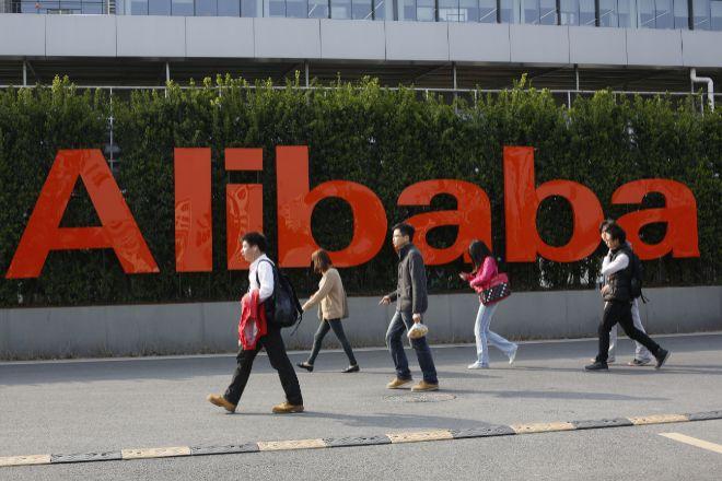 Empleados acuden a las oficinas de Alibaba en China.