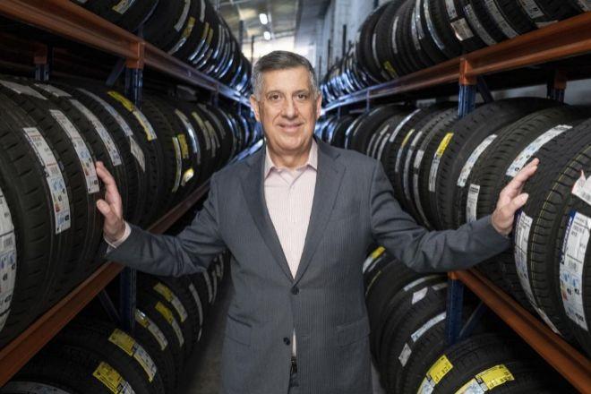 Antonio Peña, director general de Grupo Peña Automoción, en la sede cordobesa de la empresa familiar, donde cuentan con una superficie equivalente a seis campos de fútbol para almacenar 100.000 referencias, con un 'stock' de un millón de unidades.