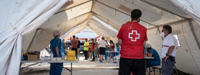 Dispositivo de vacunación para jornaleros, a cargo de Cáritas y Cruz Roja, en un asentamiento de Níjar.