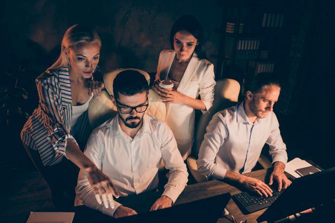 Un grupo de empleados trabajando de noche.