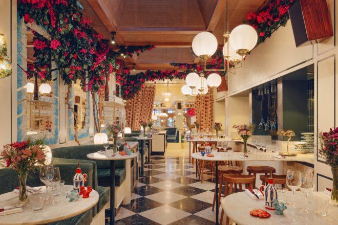 Las mesas altas junto a la cocina vista de Villa Capri permiten conocer los secretos de su cocina.