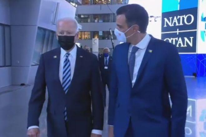 El encuentro de Sánchez con Biden se limita a un paseo de menos de un minuto