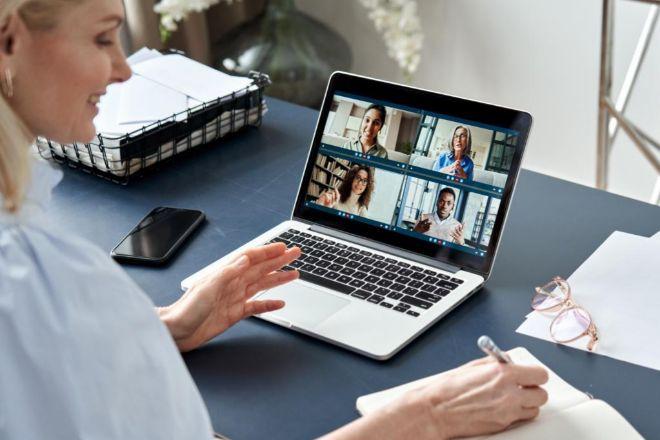 El escenario tras nosotros en una reunión virtual debe prepararse como si de un set de televisión se tratara: ordenado, con buena luz y... real.
