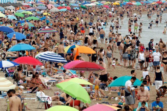 Vista general de la playa de la Malvarrosa de Valencia el pasado 13 de junio, segundo fin de semana  en el que las altas temperaturas y el buen tiempo han llevado a un gran número de personas a disfrutar del día en la playa.