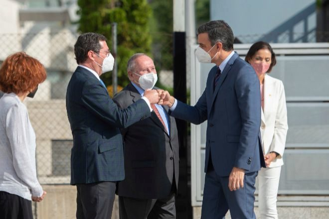 El presidente del Gobierno, Pedro Sánchez, saluda hoy al presidente de la CEOE, Antonio Garamendi, a su llegada al Foro empresarial España-Corea en la Cámara de Comercio de España, Madrid, (España).