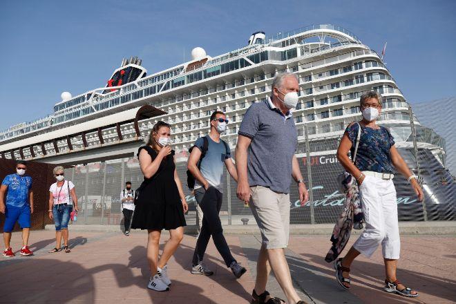Turistas saliendo ayer del buque crucero Mein Shiff 2, que ha llegado de la primera escala a el puerto de Málaga, para visitar la ciudad.