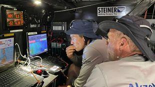 El patrón y el navegante del Akzonobel Ocean Racing observan los...