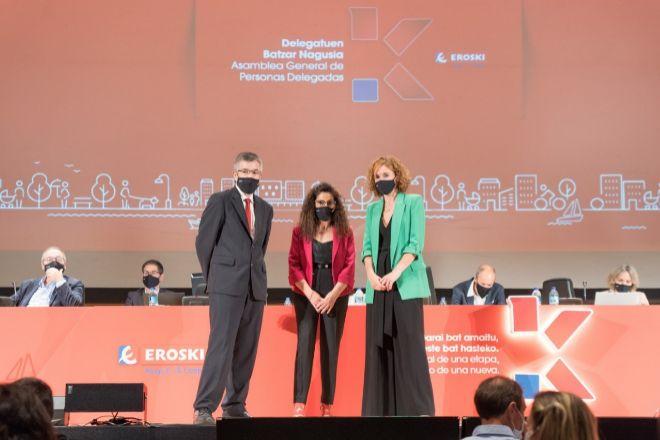 Agustín Markaide, junto a Rosa Carabel y Leire Muguerza, presidenta del consejo rector de Eroski, este miércoles en la asamblea anual de la cooperativa.